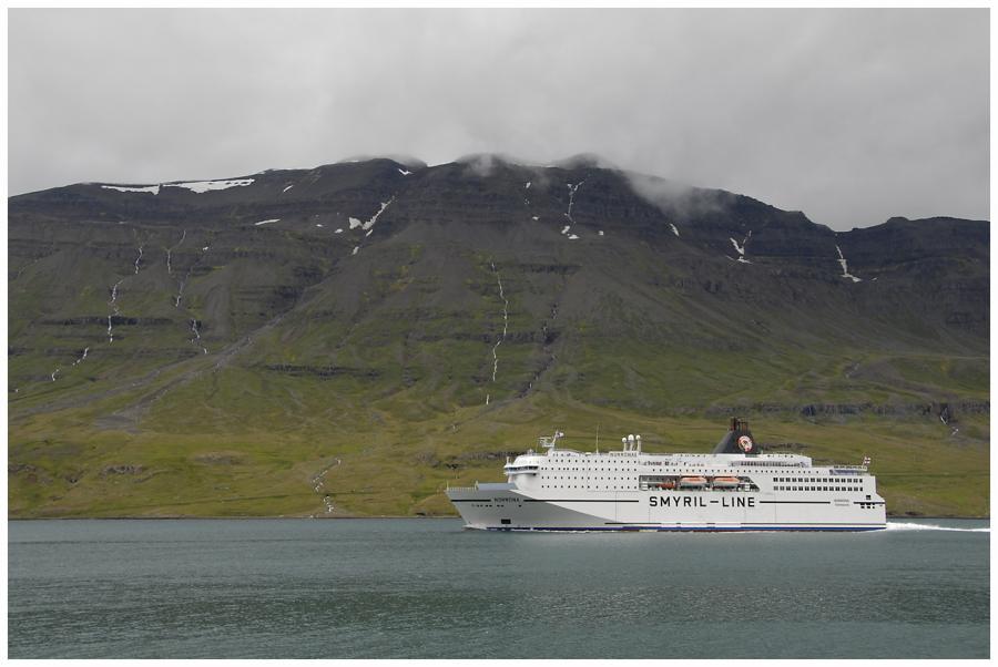 Norröna vplouvá do Seydisfjörduru